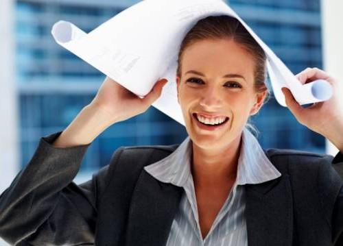 mulher-feliz-no-trabalho
