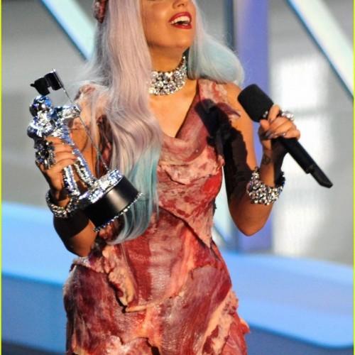 Vestido-de-carne-de-Lady-Gaga-772x1024